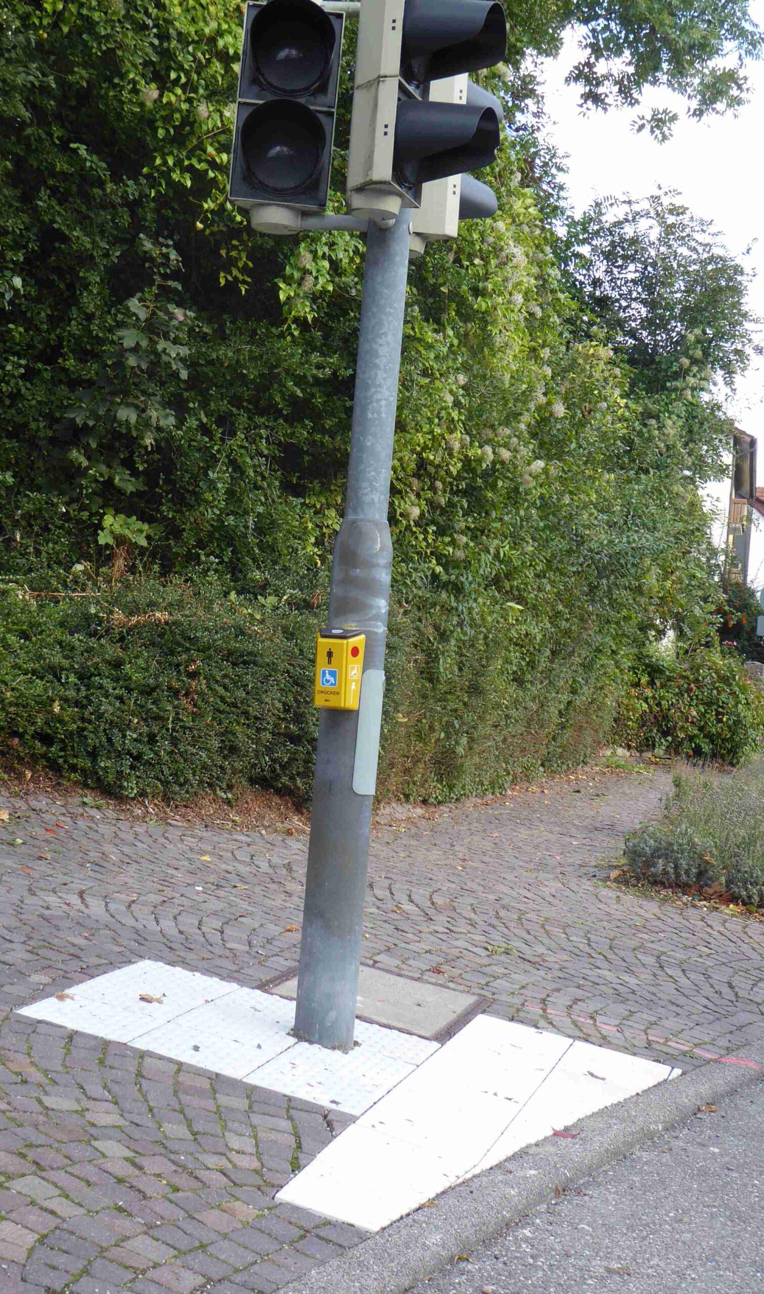 Aufmerksamkeitsstreifen an der Fußgängerampel bei der Quelle.